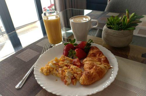 frukost framför datorn