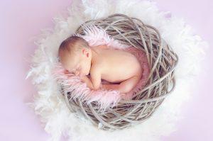 liten bebis i krans