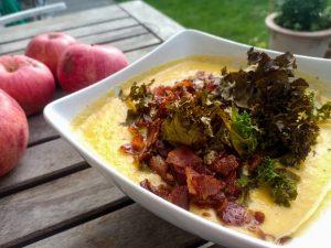 Blomkålssoppa med knaperstekt bacon och grönkål